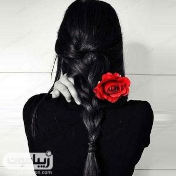 تصویر پروفایل دخترانه با موهای بافته شده و گل رز قرمز
