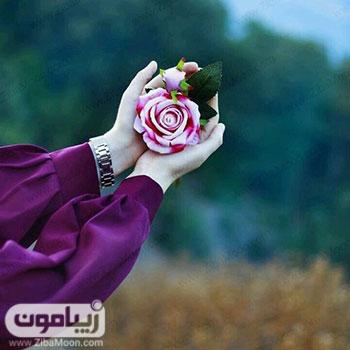 تصویر پروفایل جذاب با گل رز در دست