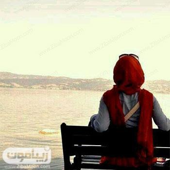 تصویر پروفایل دخترانه نشسته روی نیکمت رو به دریا