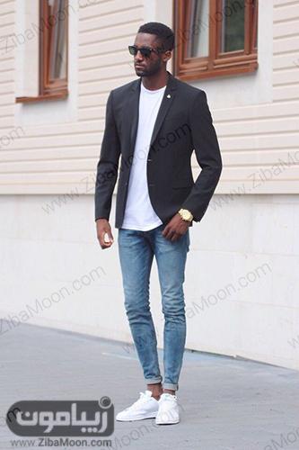 استایل اسپرت مردانه با کت مشکی تیشرت سفید شلوار جین و کتانی سفید