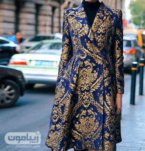 مدل مانتو زنانه با پارچه ژاکارد سورمه ای و طرحهای طلایی