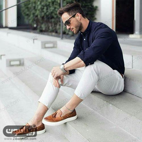 استایل جذاب پسرونه با لیاس سورمه ای شلوار سفید و کفش قهوه ای برای تابستان