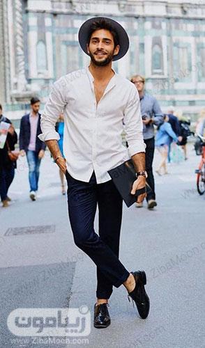 استایل ساده و جذاب پسرانه با لباس سفید شلوار سورمه ای کفش چرم مشکی برای تابستان