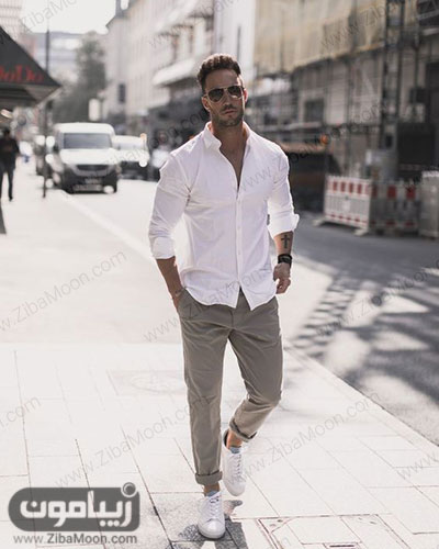استایل مردانه با لباس سفید شلوار کرمی و کتانی سفید برای تابستان 99