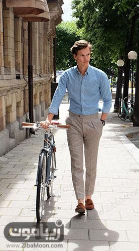 تیپ تابستانی مردانه با لباس آبی روشن شلوار کرمی و کفش قهوه ای