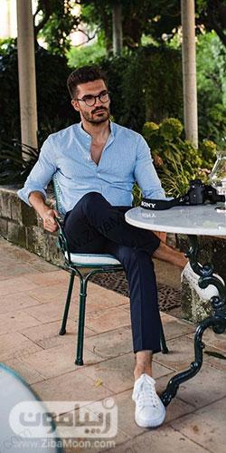 تیپ مردونه و شیک تابستونی با لباس آبی روشن شلوار سورمه ای و کتونی سفید