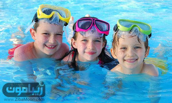 بچه ها در حال شنا کردن
