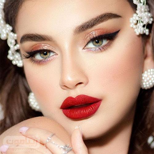 عروس جذاب و زیبا با آرایش چشم گربه ای و رژلب قرمز