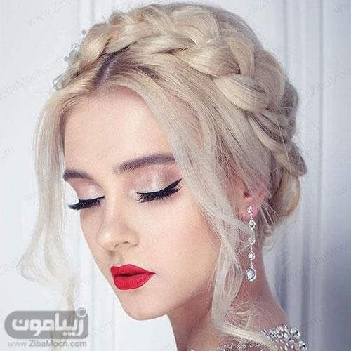 مدل آرایش عروس با خط چشم دنباله دار و سایه شاین دار و رژ قرمز و موهای بلوند بافته شده