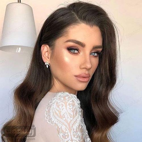 مدل میکاپ ساده و لایت عروس با چشمهای آبی و موهای بلند مشکی