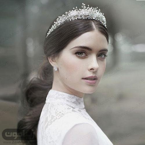 شینیون با موی باز برای عروس با تاج کریستالی زیبا