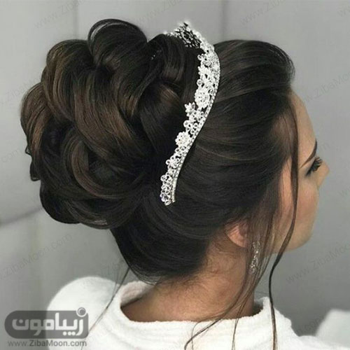شینیون مو عروس در بالای سر با تاج ظریف و خاص