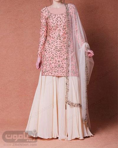 مدل لباس هندی جذاب با تونیک گلدار صورتی و دامن بلند شیری به همراه ساری حریری