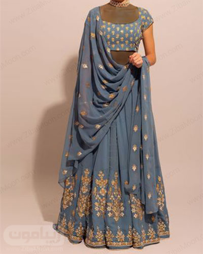 لباس هندی جذاب با نیم تنه استین کوتاه دامن بلند و ساری به رنگ آبی و جزئیات طلایی