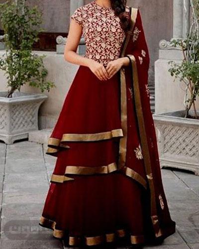 لباس هندی جذاب به رنگ زرشکی با گلدوزی و جزئیات طلایی