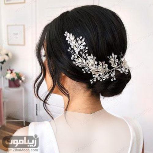 مدل شینیون عروس در پایین سر با اکسسوری درخشان و ظریف