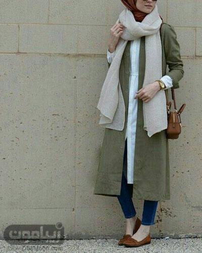 مدل استایل دانشجویی باحجاب با مانتو سبز بلند و کیف و کفش قهوه ای