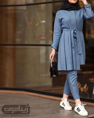 استایل دانشجویی شیک دخترانه با مانتو و شلوار آبی و کتانی سفید