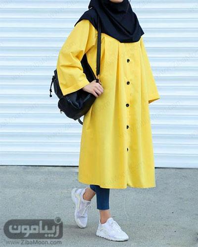 تیپ دانشجویی دخترانه تابستانی با مانتو دکمه دار بلند و زرد رنگ