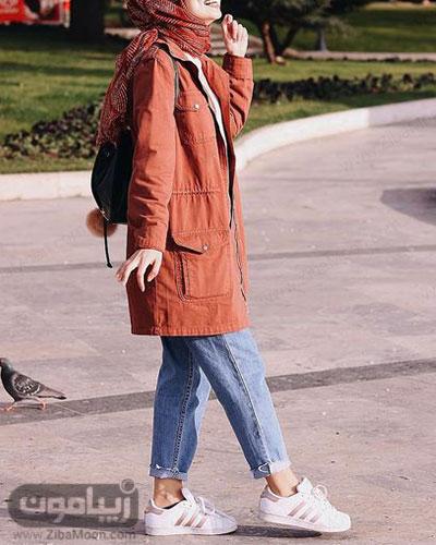 مدل استایل دانشجویی زمستانه با پالتو آجری رنگ