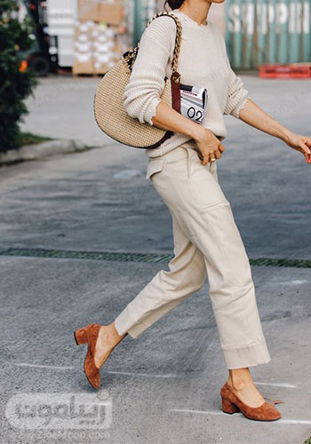استایل و لباس پاییزی دخترانه ساده به رنگ کرمی روشن و کیف و کفش قهوه ای