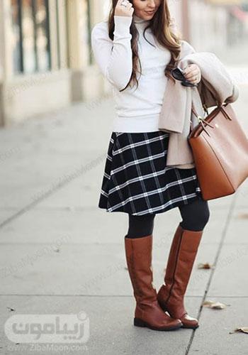 استایل پاییزی دخترانه با دامن کوتاه چهارخانه سفید و مشکی و بوت بلند