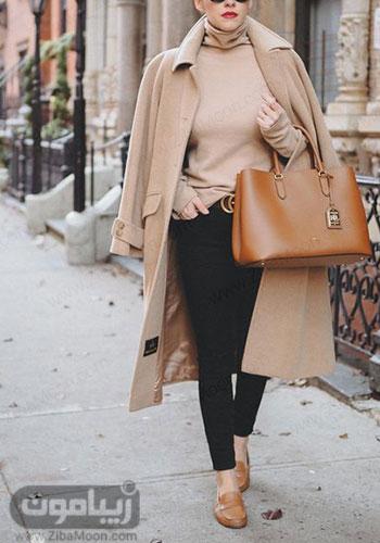 استایل پاییزی و جذاب دخترونه با پالتو و لباس یقه اسکی کرمی شلوار مشکی و کیف و کفش عسلی