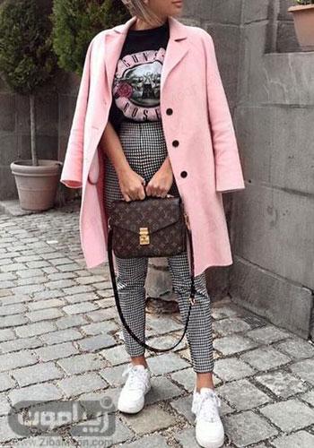تیپ اسپرت دخترانه برای پاییز با پالتو صورتی روشن تیشرت مشکی و شلوار چهارخانه سفید و مشکی