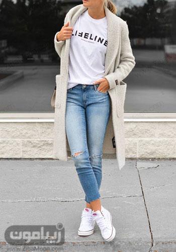 تیپ دخترانه اسپرت با تیشرت سفید شلوار جین و پالتو روشن برای پاییز 2020