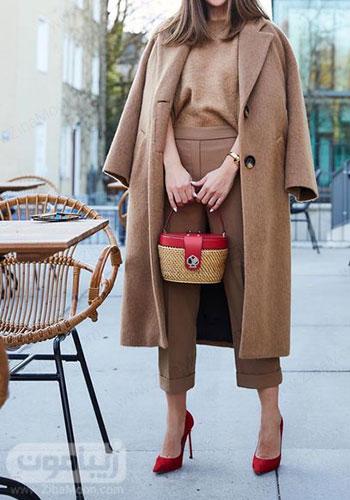 مدل تیپ پاییزی زنونه با لباس شلوار و پالتو کرمی و کیف و کفش قرمز