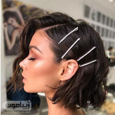 مدل مو کوتاه و موج دار دخترانه با جلو مو کج و مرتب شده با گیره باریک